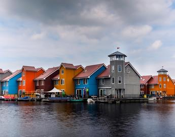 row of colourful houses on groningen waterfront - credit pixabay Zachtleven fotografie